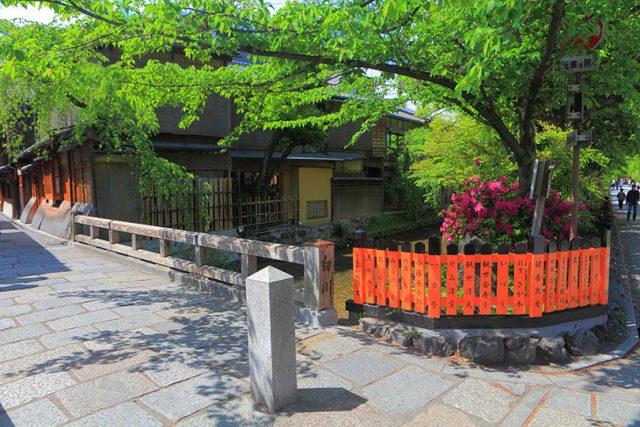 昔ながらの祇園が見られる新橋通